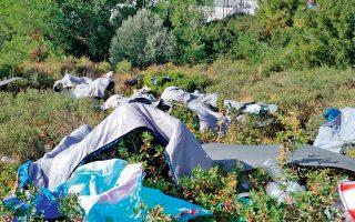 Εκατοντάδες πρόσφυγες και μετανάστες στα νησιά μένουν εκτός δομών, σε σκηνές στο δάσος.