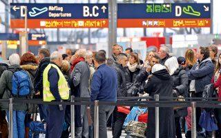 Επιβάτες υποβάλλονται σε έλεγχο ταξιδιωτικών εγγράφων στο αεροδρόμιο της Κολωνίας.