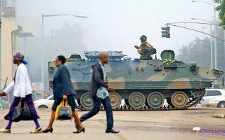Στρατιώτες με τεθωρακισμένα οχήματα μεταφοράς προσωπικού έχουν καταλάβει κυβερνητικά κτίρια και διασταυρώσεις στην πρωτεύουσα Χαράρε.