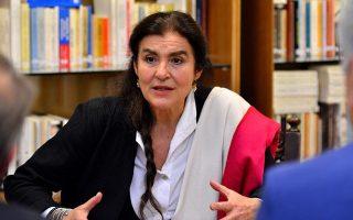 Η υπουργός Πολιτισμού Λυδία Κονιόρδου, ανέμελη μέσα... στην καταιγίδα.