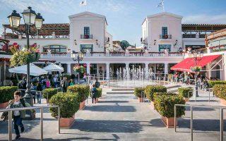 Στο εκπτωτικό χωριό McArthurGlen Athens λειτουργούν 100 καταστήματα, ο τζίρος ανέρχεται σε 80 εκατ. ευρώ, οι επισκέπτες του ετησίως είναι 3,8 εκατ., με τους ξένους τουρίστες να φθάνουν τις 50.000.