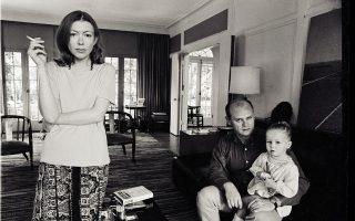 Η Τζόαν Ντίντιον με τον σύζυγό της Τζον Νταν και την κόρη τους Κουιντάνα, φωτογραφημένοι στο σαλόνι του σπιτιού τους στο Μαλιμπού της Καλιφόρνιας. Ο Τζον Νταν πέθανε από καρδιακή προσβολή τον Δεκέμβριο του 2003, ενώ τον Αύγουστο του 2005, η Ντίντιον έχασε και την κόρη της. Ηταν 39 ετών.
