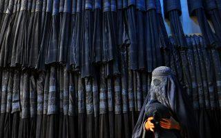 Oι τζιχαντιστές ονειρεύονται το πρώτο ευρωπαϊκό χαλιφάτο στη Βοσνία και ξεκινούν από τις νέες γυναίκες, τις οποίες πληρώνουν για να φορούν μπούργκα.