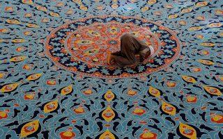 Μουσουλμάνος προσεύχεται σε τζαμί Nizamiye στο Γιοχάνεσμπουργκ, της Ν. Αφρικής.