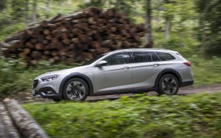 to-opel-insignia-country-tourer-oloklironei-tin-parea0