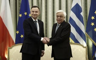Ο Πρόεδρος της Δημοκρατίας Προκόπης Παυλόπουλος (Δ) ανταλλάσει χειραψία με τον Πρόεδρο της Πολωνίας Αντρέι Ντούντα (Α), κατά τη διάρκεια της συνάντησής τους στο Προεδρικό Μέγαρο, Αθήνα Δευτέρα 20 Νοεμβρίου 2017.  ΑΠΕ-ΜΠΕ/ΑΠΕ-ΜΠΕ/ΓΙΑΝΝΗΣ ΚΟΛΕΣΙΔΗΣ