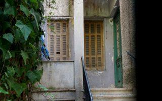 Στην οδό Πιπίνου 109, κάτω από την Πατησίων, ο μυστικός κόσμος μιας πλαϊνής εισόδου.