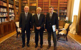 Ο Πρόεδρος της ΑΔΑΕ κ. Χ. Ζαμπίρας (δεξιά) και ο Αντιπρόεδρος κ. Μ. Σακκάς παρέδωσαν σήμερα στον Πρόεδρο της Δημοκρατίας την Έκθεση Πεπραγμένων της Αρχής.