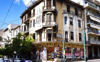 Πατησίων και Αγίου Μελετίου. Κτίριο της δεκαετίας του '20, αφημένο στη φθορά του χρόνου.