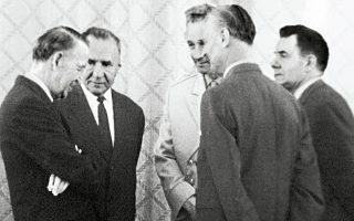 Ο πρέσβης των ΗΠΑ Λ.Ε. Τόμπσον (αριστερά) μιλάει με τον Σοβιετικό πρωθυπουργό Αλεξέι Κοσίγκιν, τους υπουργούς Αμυνας Α.Α. Γκρέτσκο και Εξωτερικών Α.Α. Γκρομίκο και τον Βρετανό πρέσβη Τζ. Χάρισον, κατά τη διάρκεια της τελετής υπογραφής της Συνθήκης Μη Διασποράς των Πυρηνικών Οπλων στη Μόσχα.
