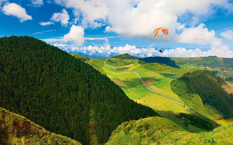 Πτήση με ανεμόπτερο πλαγιάς πάνω από το ηφαιστειακό τοπίο. (Φωτογραφία: © SHUTTERSTOCK)