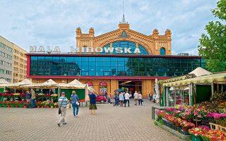 Εξωτερική άποψη του εμπορικού κέντρου Hala Mirowska. (Φωτογραφία: ©SHUTTERSTOCK)