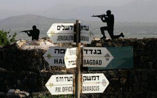 Πινακίδες με αποστάσεις στα Υψίπεδα του Γκολάν. Η Δαμασκός απέχει μόλις 60 χλμ. και τα όπλα των νεαρών Ισραηλινών είναι γεμάτα σφαίρες.