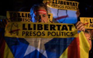 Την ίδια ώρα διαδηλωτές στη Βαρκελώνη κρατούν πλακάτ με το μήνυμα «Ελευθερία στους φυλακισμένους πολιτικούς».