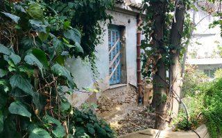 Δέφνερ και Τιμολέοντος, κοντά στο Α΄ Νεκροταφείο. Ενα παλιό σπίτι δείχνει το μέτρο της γειτονιάς.
