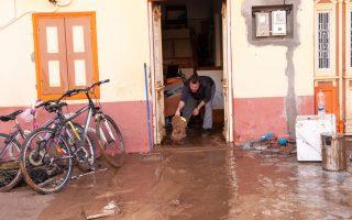 Άντρας προσπαθεί να βγάλει τις λάσπες με τις οποίες πλημμύρισε το σπίτι του, ζημιές που προκλήθηκαν από χθεσινή ισχυρή  βροχή στη Σύμη,Τρίτη 14 Νοεμβρίου 2017.Εκτεταμένες ζημιές σε όλα τα δίκτυα υποδομών έχει υποστεί η Σύμη από τη χθεσινή ισχυρή βροχόπτωση. Αρκετές από τις επιχειρήσεις του νησιού και κατοικίες έχουν πληγεί από το πρωτόγνωρο καιρικό φαινόμενο.Από νωρίς το πρωί βρίσκονται στο νησί ειδικά μηχανήματα που στάλθηκαν από την περιφέρεια Νοτίου Αιγαίου και ομάδες εθελοντών που ξεκίνησαν την αποκατάσταση των ζημιών, ενώ από χθες το βράδυ βρίσκεται επί τόπου και συντονίζει τις προσπάθειες ο υφυπουργός Ναυτιλίας Νεκτάριος Σαντορινιός. Έως τώρα, πάντως, δεν έχει αποκατασταθεί η ηλεκτροδότηση του νησιού, αφού ο τοπικός σταθμός παράγωγης ρεύματος έχει τεθεί εκτός λειτουργίας. Για να γίνει εφικτή η επαναφορά της ηλεκτροδότησης, επιχειρείται μεταφορά ηλεκτροπαραγωγού ζεύγους από τη Ρόδο. Σύμφωνα με τις πρώτες εκτιμήσεις, σοβαρές ζημιές έχουν υποστεί οι δρόμοι του νησιού, το δίκτυο ύδρευσης, το δίκτυο αποχέτευσης, ενώ έχουν πλημμυρίσει καταστήματα και σπίτια. ΑΠΕ ΜΠΕ/ ΑΠΕ-ΜΠΕ/