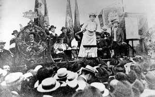 Στουτγάρδη 1907. Η Ρόζα Λούξεμπουργκ απευθύνεται σε εκδήλωση του εργατικού κινήματος. Σκοτώθηκε κατά την εξέγερση των Σπαρτακιστών στις 15.1.1919.
