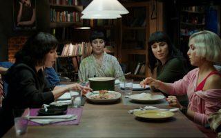 Πέντε από τις επτά Νούμι Ραπάς καθισμένες, με τη βοήθεια της τεχνολογίας, γύρω από το ίδιο τραπέζι στο «Τι συνέβη στη Δευτέρα».