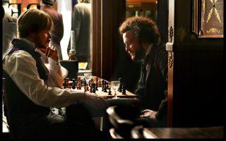 Οι νεαροί Μαρξ και Ενγκελς ανταγωνίζονται σε μια παρτίδα σκάκι, ενώ συζητούν ενθουσιωδώς τις ιδέες τους, στη νέα ταινία του Ραούλ Πεκ.