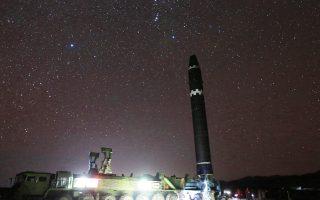 Η εκτόξευση του πυραύλου Hwasong-15, όπως απεικονίζεται σε φωτογραφία που δόθηκε χθες στη δημοσιότητα από το πρακτορείο ειδήσεων της Βόρειας Κορέας.