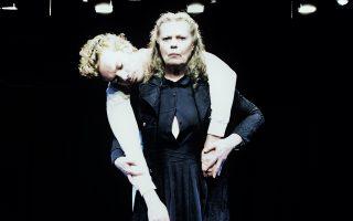 Η μεταγραφή του «Φονικού στην εκκλησιά» παρουσιάζεται στο Θέατρο Τέχνης, με τη Ρούλα Πατεράκη και τον Γιώργο Νανούρη.