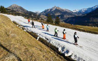 Μικρά παιδιά ασκούνται στο σκι στις 28 Δεκεμβρίου 2015, σε χωριό του Λεϊζίν των ελβετικών Αλπεων, οι οποίες βιώνουν αλλεπάλληλους θερμούς χειμώνες.