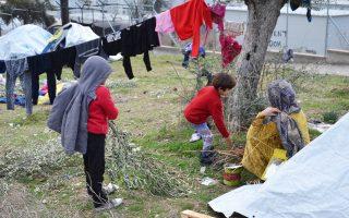 Στα hotspots σε Λέσβο και Χίο πρόσφυγες και μετανάστες μένουν σε καλοκαιρινές σκηνές χωρίς πρόσβαση σε εγκαταστάσεις υγιεινής, εκτεθειμένοι στις χαμηλές θερμοκρασίες.