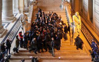 Η υπερασπιστική ομάδα του Κάρλες Πουτζντεμόν στο δικαστικό μέγαρο των Βρυξελλών.