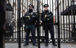 Φρουροί έξω από τον αριθμό 10 της Ντάουνινγκ Στριτ. Η Βρετανίδα πρωθυπουργός παρέμεινε και χθες στο Λονδίνο, ενώ οι Βρυξέλλες περιμένουν.