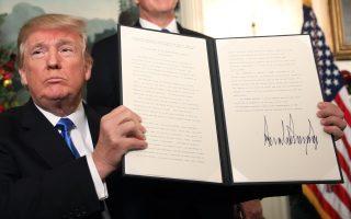 Ο Αμερικανός πρόεδρος Ντόναλντ Τραμπ επιδεικνύει την επίμαχη απόφαση για την Ιερουσαλήμ.