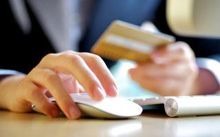 Πρώτη φορά στην πρώτη θέση στις πληρωμές ηλεκτρονικού εμπορίου βρίσκονται οι χρεωστικές κάρτες, που τις αξιοποιεί το 64% των online αγοραστών. Η πληρωμή μέσω αντικαταβολής έρχεται δεύτερη (57%), ενώ τρίτη κατά σειρά είναι η πληρωμή μέσω πιστωτικής κάρτας (42%).