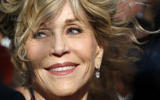 """80!Ολοστρόγγυλα και ενδιαφέροντα είναι τα χρόνια που θα συμπληρώσει στις 21 Δεκεμβρίου η Jane Fonda. Αν και πολλοί θα κάνουν σχόλια για τις επεμβάσεις και τις """"έξωθεν βοήθειες"""" για την διατήρηση της καλής της κατάστασης, δεν πρέπει κανείς να ξεχνά ότι υπήρξε πάντα μια καλλονή με υπέροχο αισθαντικό πρόσωπο και καλογυμνασμένο σώμα. EPA/SEBASTIEN NOGIE"""