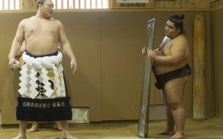 Κούκλος.  Στον καθρέπτη κοιτά ένας από τους καλύτερους αθλητές σούμο, ο γεννημένος στην Μογγολία Hakyho. O αθλητής με την βοήθεια των συναδέλφων του μόλις έχει δέσει στην μέση του το  yokozuna, ένα περίτεχνα δεμένο λευκό  σκοινί με πολλαπλό πάχος μπροστά, σημάδι της αθλητικής του ανωτερότητας. EPA/EVERETT KENNEDY BROWN