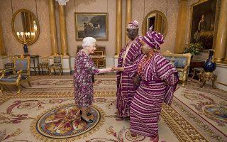 Ασορτί. Ιδιωτική ήταν η ακρόαση από την Βασίλισσα Ελισάβετ  στο Παλάτι του Μπάκινχαμ για τον George Adesola Oguntade και την σύζυγό του, καθώς ο πρέσβης της Νιγηρίας επέδωσε τα διαπιστευτήριά του. Victoria Jones/Pool via AP