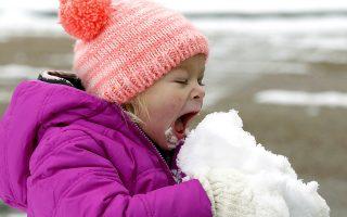 Αυτό! Η ζωή είναι εμπειρική. Το καταλαβαίνεις πιο εύκολα παρατηρώντας τα παιδιά. Καταλαβαίνουν τον κίνδυνο όχι από τα χιλιάδες πρόσεχε που θα πεις αλλά όταν πέσουν. Το παγωμένο, τρώγοντας το χιόνι, το καυτό όταν καούν. Ακόμα και όταν μεγαλώσουμε και μάθουμε (υποτίθεται..), θα υπάρχουν στιγμές που ότι και αν μας είπαν θα έπρεπε να το νιώσουμε στο πετσί μας για να το καταλάβουμε. Μπορεί κάποιοι από τα παθήματα να κυκλοφορούν σκυφτοί, έτοιμοι να αντιμετωπίσουν μια ακόμη αόρατη γροθιά  στο στομάχι, αλλά μόνο έτσι κανείς την ζει την ζωή. Και η άτιμη είναι μόνο μια. Στην φωτογραφία η Emmaline Dendinger απολαμβάνει με τον σωστό τρόπο το πρώτο χιόνι της χρονιάς στο Jackson  των ΗΠΑ.  (AP Photo/Rogelio V. Solis)