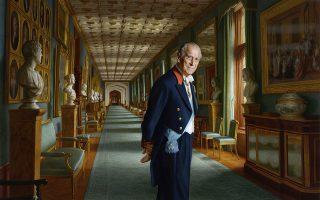 Αντί φωτογραφίας. Την χρονιά της παραίτησής του δημιουργήθηκε το εικονιζόμενο πορτραίτο του Πρίγκιπα Φιλίππου  δια χειρός του  γεννημένου στην Αυστραλία καλλιτέχνη  Ralph Heimans. Ο Δούκας του Εδιμβούργου  απεικονίζεται στον Μεγάλο Διάδρομο του Μπάκιγχαμ. (Ralph Heimans/Buckingham Palace via AP)