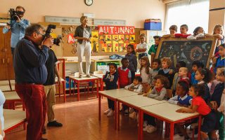 Ο Ολιβιέρο Τοσκάνι φωτογραφίζει μια τάξη με 28 παιδιά δημοτικού σχολείου στο Μιλάνο. Οι μικροί μαθητές αντιπροσωπεύουν 13 διαφορετικές εθνικότητες.