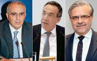 Αριστερά, ο πρόεδρος της Ελληνικής  Ενωσης Τραπεζών (ΕΕΤ) και της Eurobank, Νικόλαος Καραμούζης. Στο κέντρο, ο διευθύνων σύμβουλος της Εθνικής Τράπεζας, Λεωνίδας Φραγκιαδάκης. Δεξιά, ο διευθύνων σύμβουλος του ομίλου Τράπεζας Πειραιώς, Χρήστος Μεγάλου.