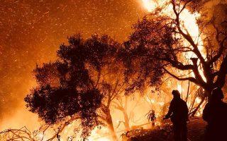 Πυροσβέστες καταπολεμούν τις φλόγες που κατευθύνονται σε σπίτια κοντά στο Μοντεσίτο.