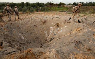 Μέλη των δυνάμεων ασφαλείας της Χαμάς επιθεωρούν περιοχή της βόρειας Λωρίδας της Γάζας, ύστερα από έκρηξη αμφισβητούμενης προέλευσης.