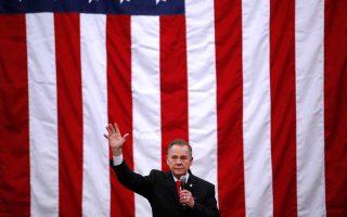 Ο Ρόι Μορ κλείνει την προεκλογική εκστρατεία του στο Μίντλαντ Σίτι της Αλαμπάμα.