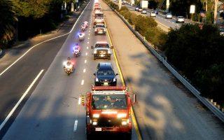 Πομπή πυροσβεστικών οχημάτων συνοδεύει τη σορό του αδικοχαμένου συναδέλφου τους στην Καλιφόρνια.