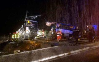 Διασώστες στο σημείο όπου το σχολικό λεωφορείο συγκρούστηκε με τρένο, στο χωριό Μιλάς, στη νότια Γαλλία.