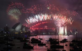 epa06411376 Fireworks explode over the Sydney Harbour during New Year's Eve celebrations in Sydney, Australia, 01 January 2018.  EPA/DAVID MOIR AUSTRALIA AND NEW ZEALAND OUT  EDITORIAL USE ONLY