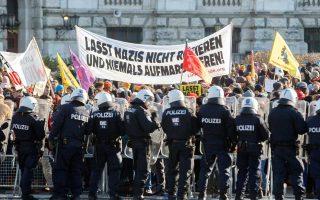 Αυστριακοί αστυνομικοί περιορίζουν τους διαδηλωτές, ώστε αυτή τη φορά οι υπουργοί να μη χρειαστούν... σήραγγα.