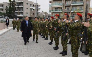 Ο υπουργός Εθνικής Αμυνας  στο στρατόπεδο «Νταλίπη» στη Θεσσαλονίκη.