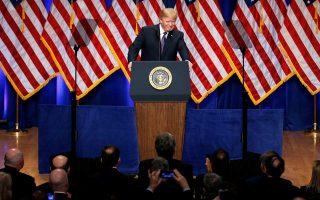 Ο Αμερικανός πρόεδρος Ντόναλτ Τραμπ χαμογελάει στο κοινό του, στη διάρκεια ομιλίας του για τη νέα «στρατηγική εθνικής ασφαλείας» του Λευκού Οίκου.