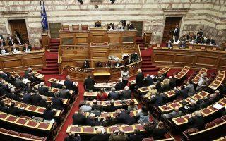 Bουλευτές του ΣΥΡΙΖΑ και των ΑΝΕΛ απορρίπτουν την κριτική των κομμάτων της αντιπολίτευσης, υποστηρίζοντας ότι οι προηγούμενες κυβερνήσεις κατέθεταν περισσότερες τροπολογίες σε σύγκριση με τη σημερινή.