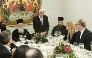 Στο γεύμα, ο κ. Ιερώνυμος, ο κ. Παυλόπουλος και ο Μητροπολίτης Νέας Ιωνίας και Φιλαδελφείας Γαβριήλ.
