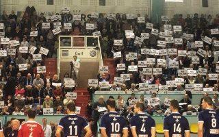 Η ελληνική ομάδα έγινε δεκτή στο κλειστό της Τουρ με φυλλάδια και το μήνυμα «Οχι στον ρατσισμό».